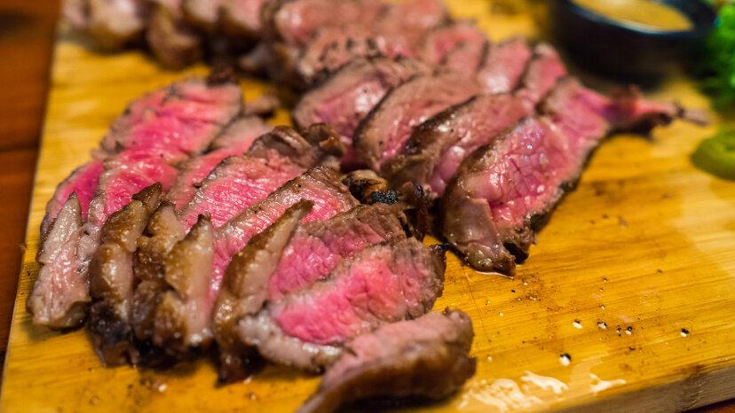 ステーキを完璧なミディアムレアに電子レンジで加熱できますか?