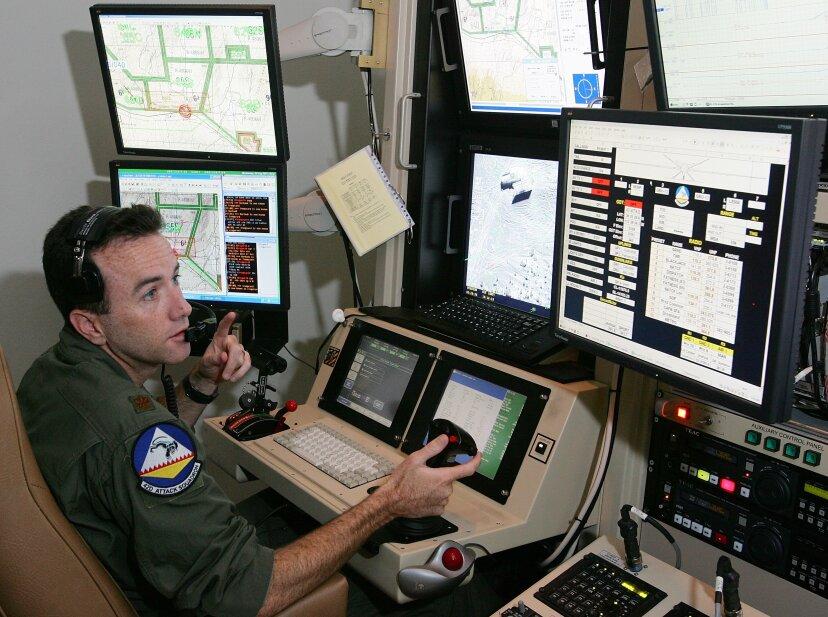 ドローンパイロットが軍を離れるのはなぜですか?