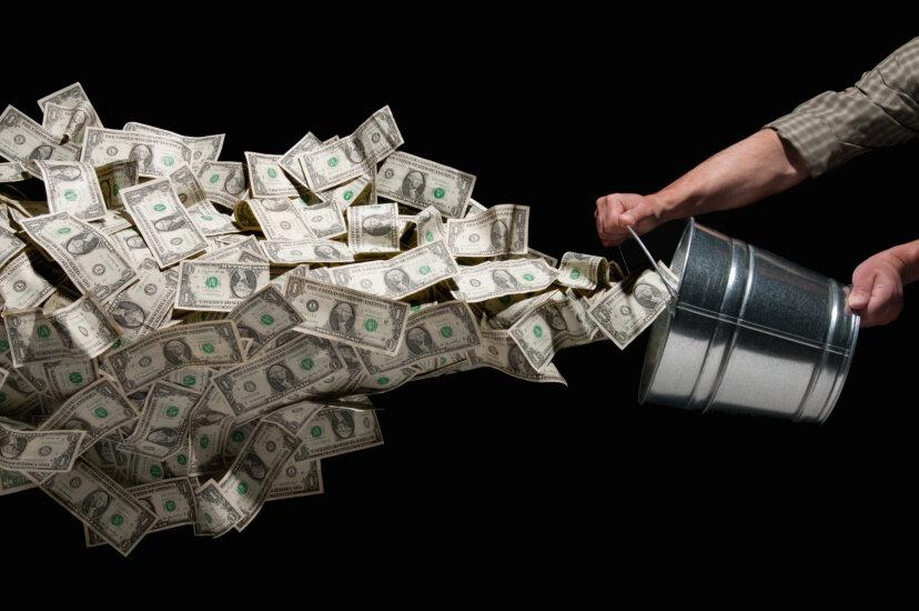 人々は毎年どれくらいのお金を誤って捨てていますか?