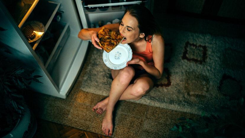 Un estudio resuelve por qué beber te da ganas de comer