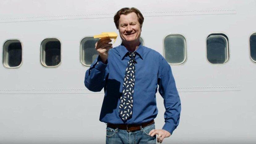 紙飛行機の世界記録を樹立した男は、それがどのように行われたかを示しています