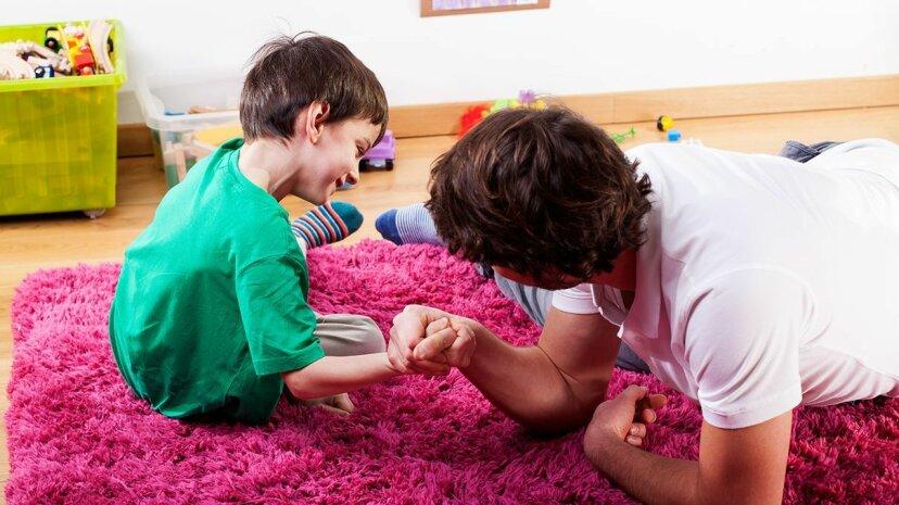 子供たちに負けさせよう!科学者はそれが子供たちがより良い判断を学ぶのを助けると言います