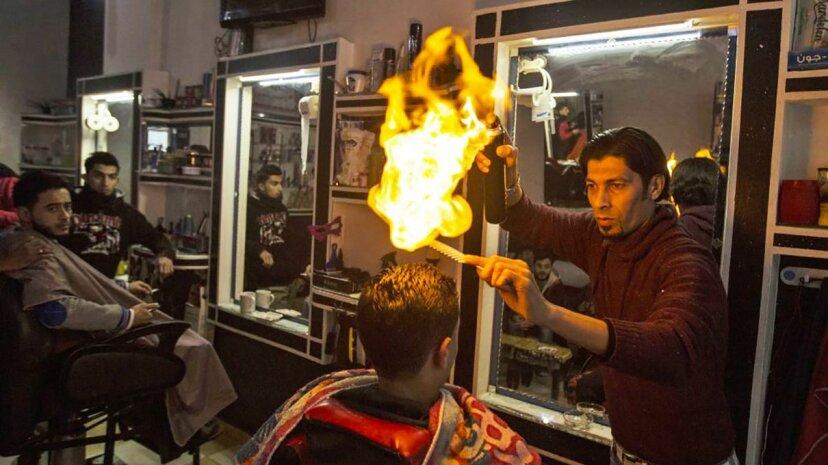 Friseure auf der ganzen Welt verwenden Feuer, um Haare zu stylen
