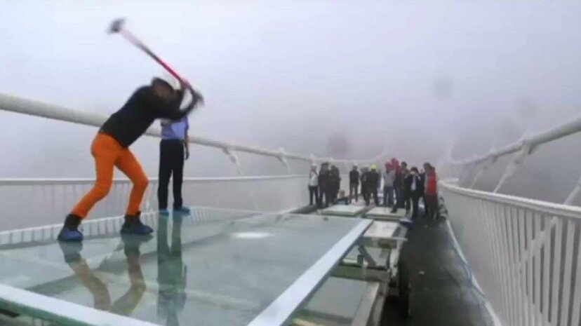 世界最高のガラス橋が殴打されるのを見る