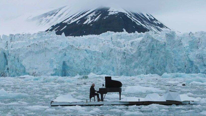 Pianista toca música hermosa mientras flota en el océano Ártico