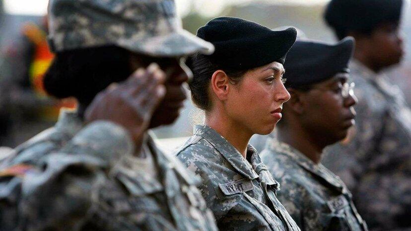 米国の議員は、女性が徴兵に登録する時が来たかどうか尋ねます