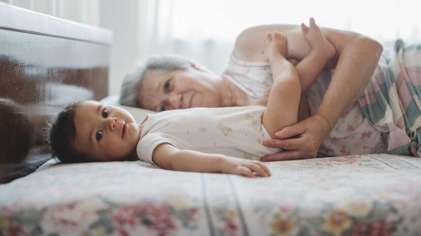 Die Gewohnheiten der Kinderbetreuung der Großeltern können veraltet und potenziell schädlich sein