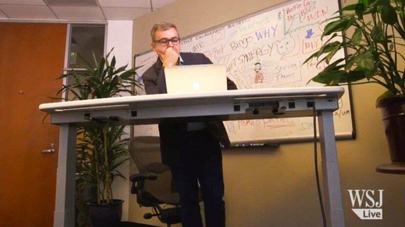 この偉そうな机はあなたが立ち上がって座るときを決定します
