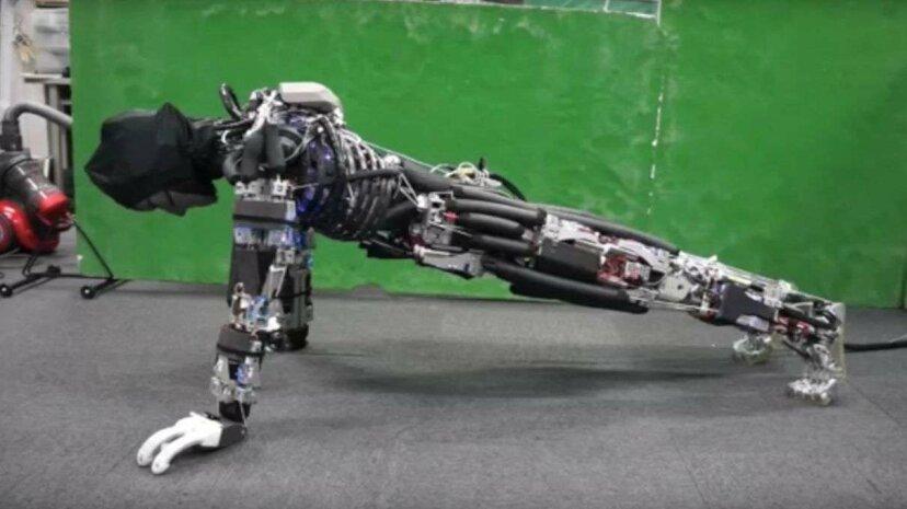 日本のエンジニアが腕立て伏せ、汗をかいて冷やすロボットを作る