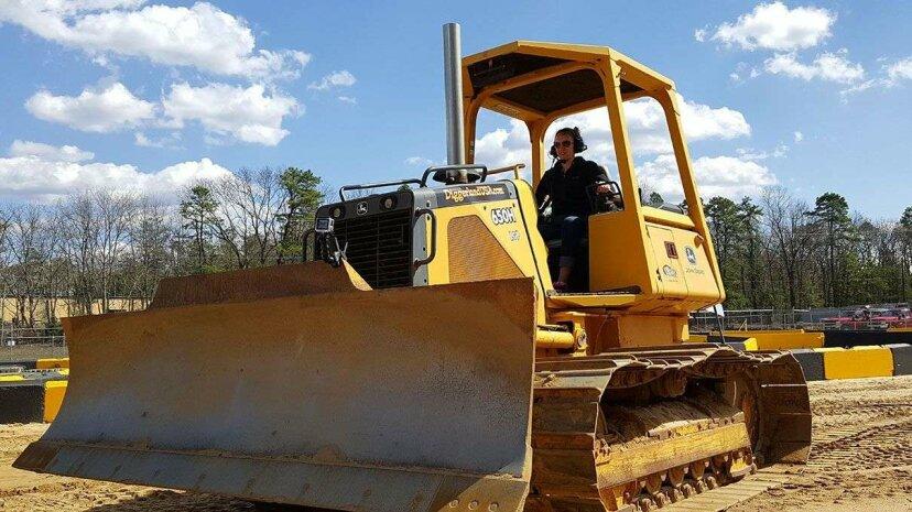 夢を生き、大人のための建設テーマパークで掘削機を運転する