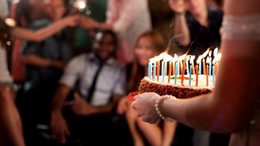 今、あなたはあなたの肩を見ずに「お誕生日おめでとう」を歌うことができます(おそらく)