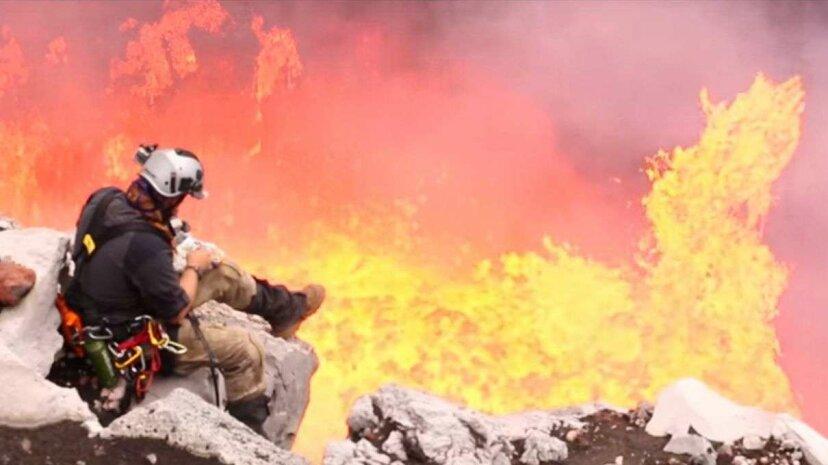 この探検家は活火山でスモアを調理したので、私たちは彼にそれについて尋ねました