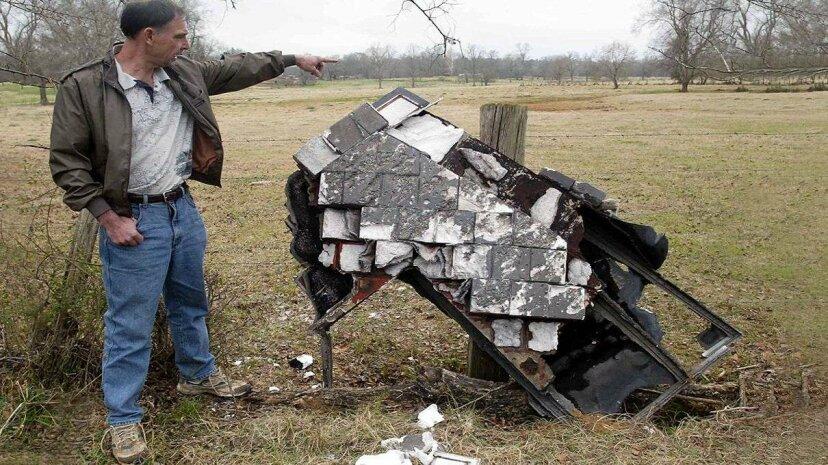 いくつかのスペースデブリがあなたの屋根から落ちました。それを修正するために誰が支払うのですか?
