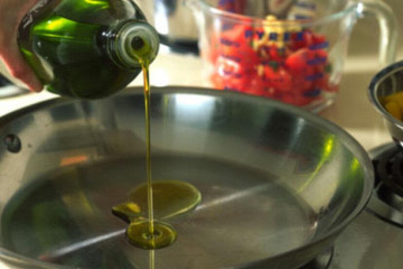 オリーブオイルで顔を洗う方法