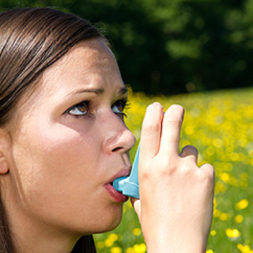 花粉症の一般的な症状は頭痛や喉の痛みですか?