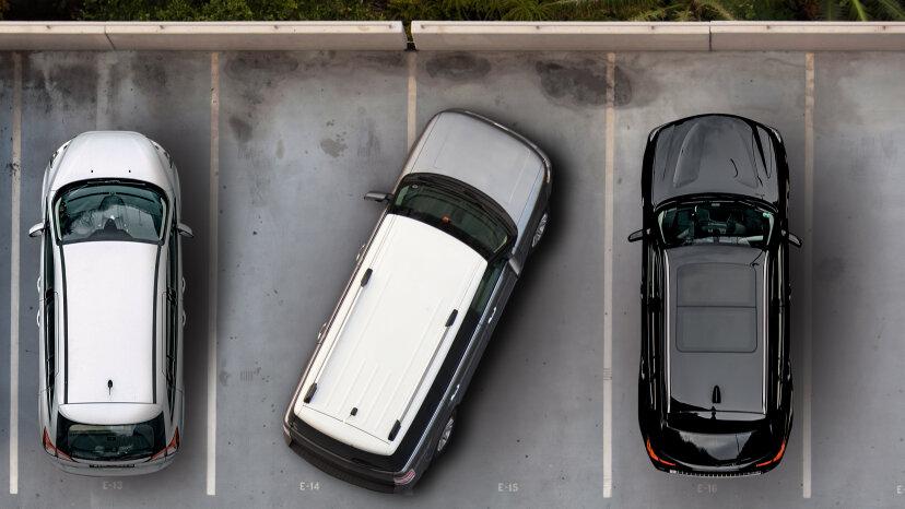 Ocupar dos plazas de aparcamiento es claramente horrible, pero puede que no sea ilegal
