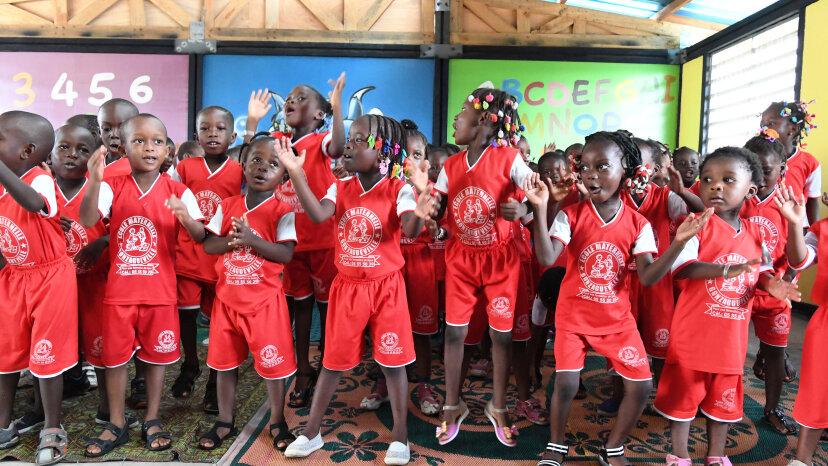 アフリカの「闘う女性」がプラスチックを集めて学校を建てる