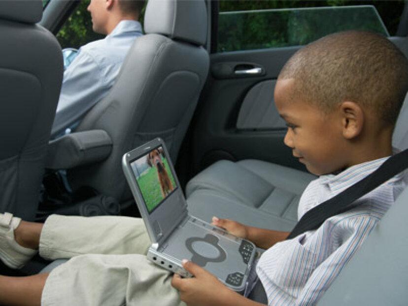 車にポータブルDVDプレーヤーを搭載する方が手頃ですか、それともディーラーにインストールしてもらえますか?