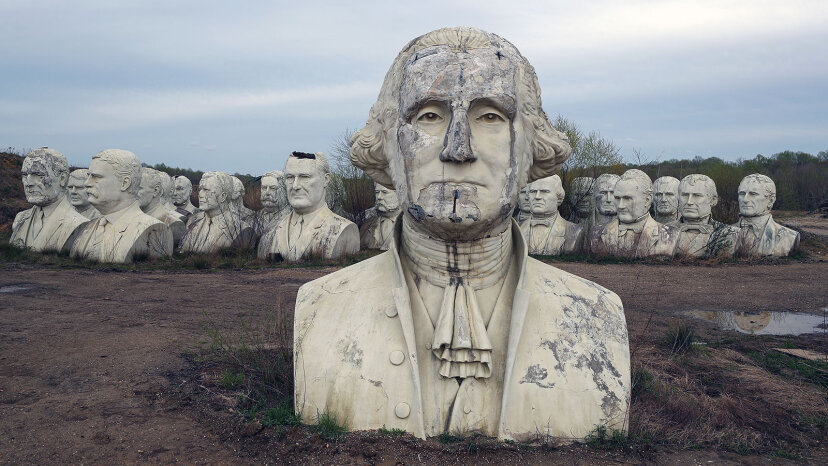 Alle Büsten des Präsidenten verfallen in einem Feld in Virginia