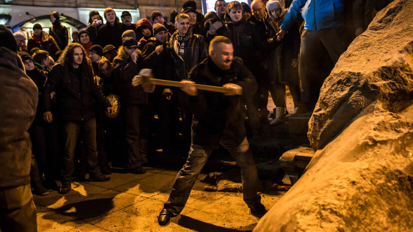 Ukrainians destroy statue of Lenin
