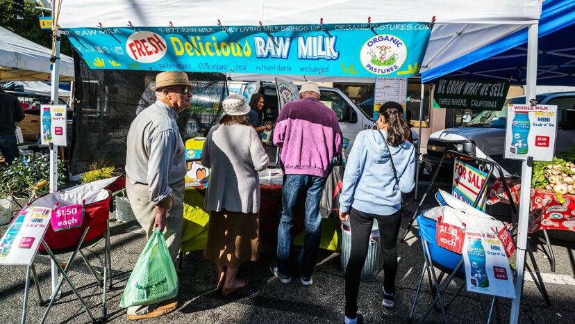 生乳は低温殺菌された牛乳よりもあなたにとって良いですか?