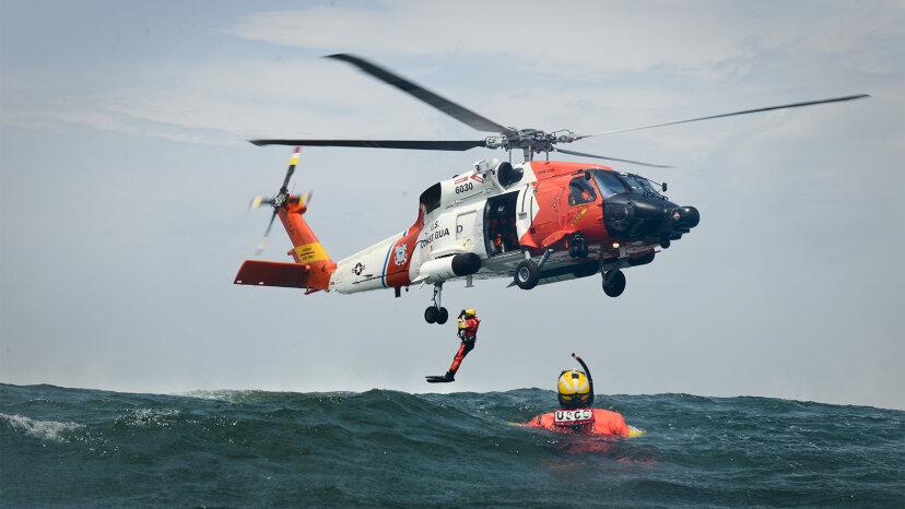 Rettungsschwimmer der Küstenwache riskieren alles, um Leben zu retten