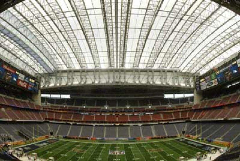 コンバーチブルスタジアムの格納式屋根はどのように機能しますか?