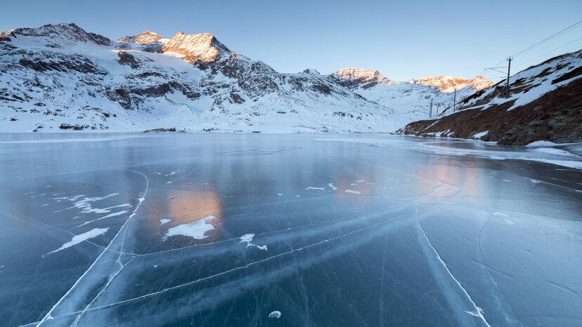 Saltar piedras sobre hielo hace sonidos de ciencia ficción locos
