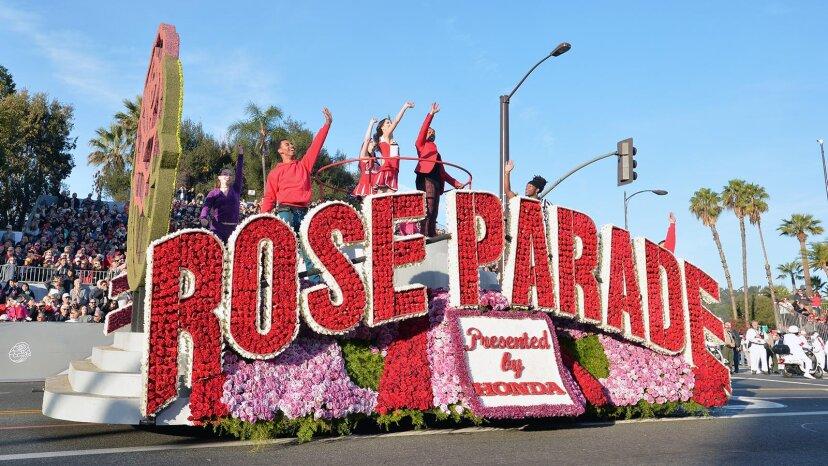 Blumenbedeckte Schwimmerblüte bei der jährlichen Rosenparade
