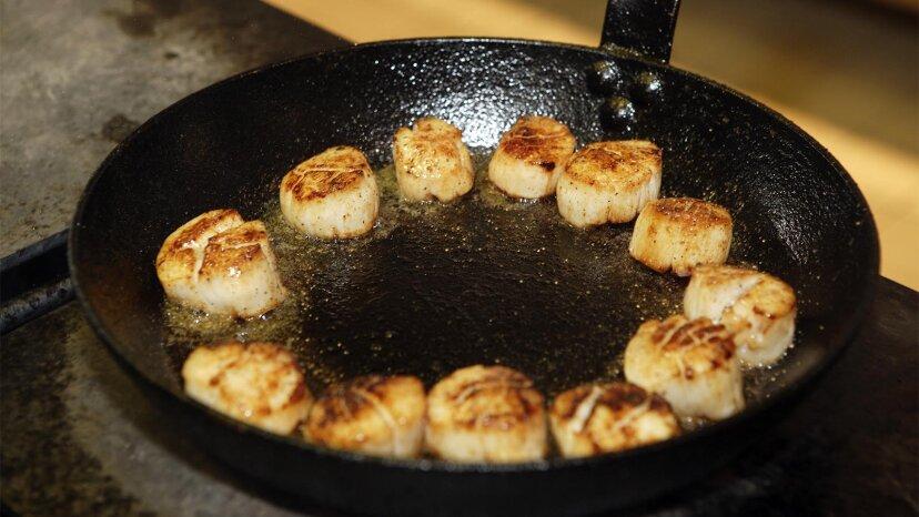 Süße, salzige Jakobsmuscheln sind zu Hause einfach zuzubereiten