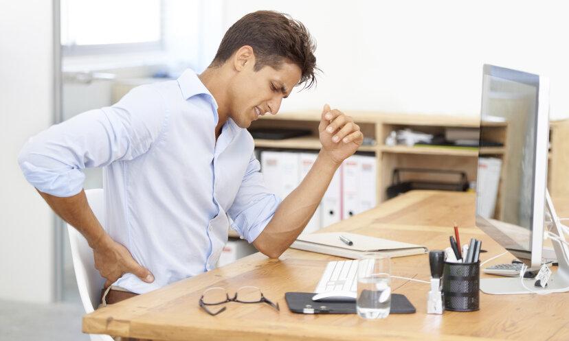 なぜ椅子に長時間座っているのが背中に悪いのですか?