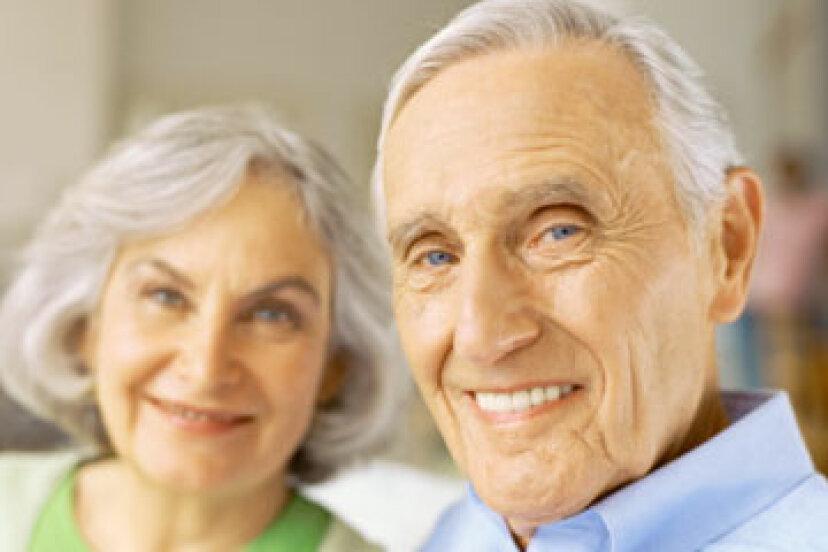 年をとると、皮膚の解剖学的構造はどのように変化しますか?