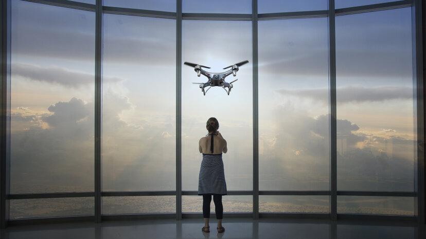 ¿Crees que un dron te está espiando? Esto es lo que debe hacer