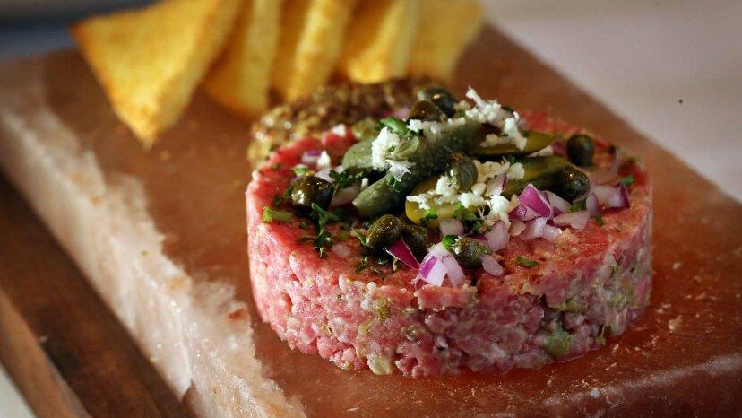 はい、タルタルステーキは安全に食べられます
