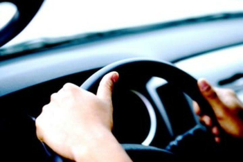 ブレーキをかけるときにハンドルが揺れるのはなぜですか?