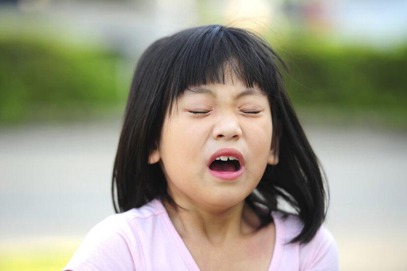 なぜ口の屋根を舌でくすぐるとくしゃみが抑えられるのですか?