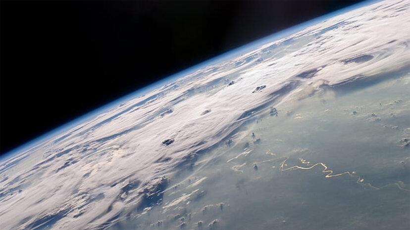 成層圏:鳥や飛行機が飛んでバクテリアが繁殖する場所