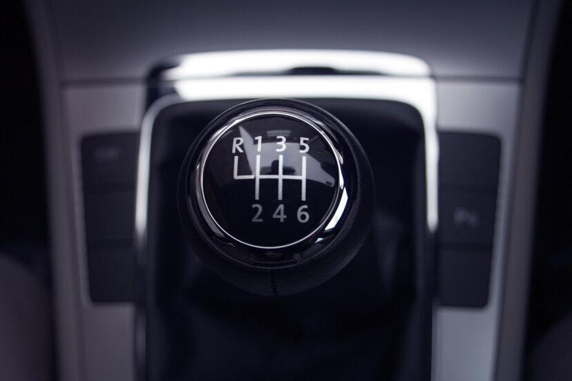今日のマニュアルトランスミッション車はオートマチックよりも効率的ですか?