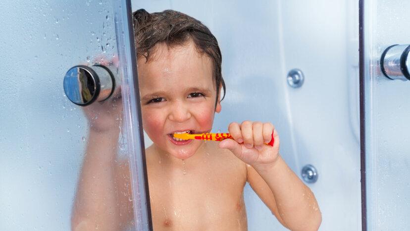 誰がシャワーで歯を磨くのですか?