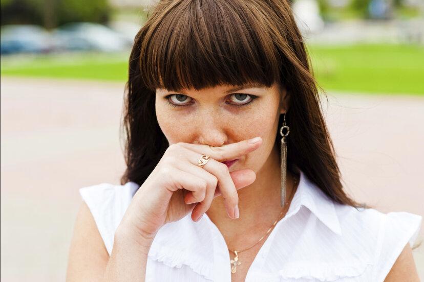 上唇を押すとくしゃみを抑えることができますか?