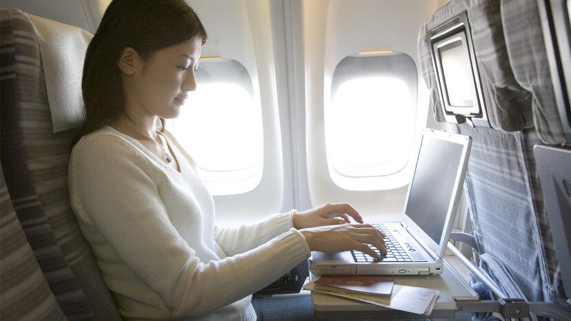 ¿Cómo obtienen los aviones WiFi a bordo y TV en vivo?