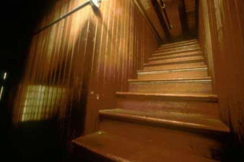 ウィンチェスターミステリーハウスにどこにも通じない階段があるのはなぜですか?