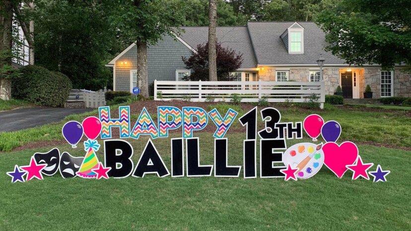 Los letreros de celebración en el patio están teniendo un momento importante
