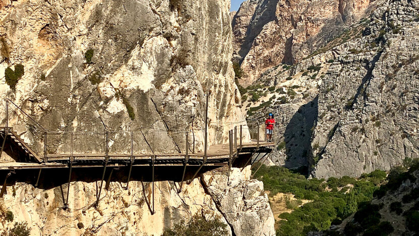 red figure, El Caminito Rey
