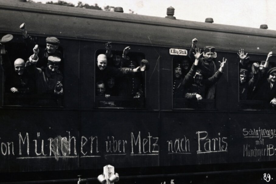 August 1914: Bavarian soldiers head out to the war front. Unlike some of his academic peers, Einstein did not support the war and was a lifelong pacifist. © dpa/dpa/Corbis