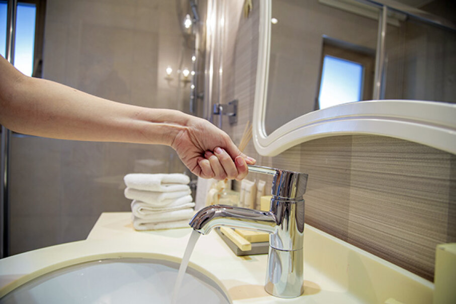 Providing a new towel for each handwashing could go a long way to preventing the spread of bacteria. bbbrrn/iStock/Thinkstock
