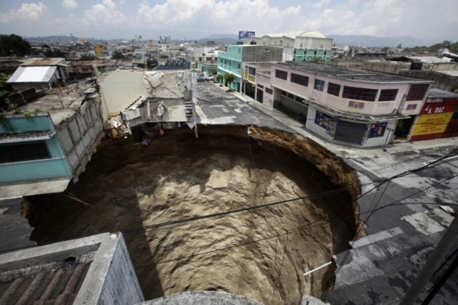 A giant sinkhole swallowed homes, streets and businesses following flooding resulting from tropical storm Agatha in 2010. © DANIEL LECLAIR/Reuters/Corbis