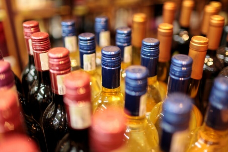 Shop the bargain stores to score wine, beer and spirits at a percentage of the regular price. iStock/Thinkstock