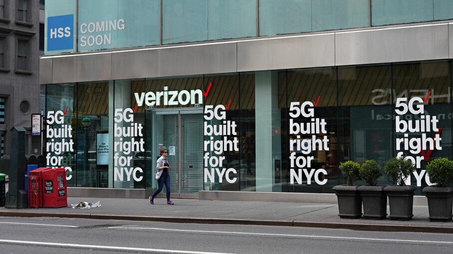 Verizon store advertises 5G