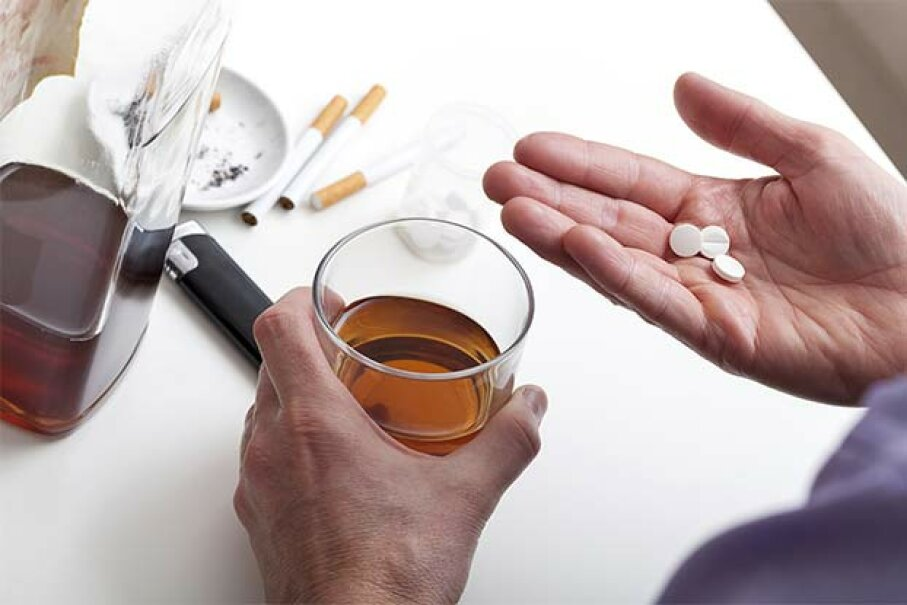 Pills and whiskey together?  Just say no. KatarzynaBialasiewicz/iStock/Thinkstock